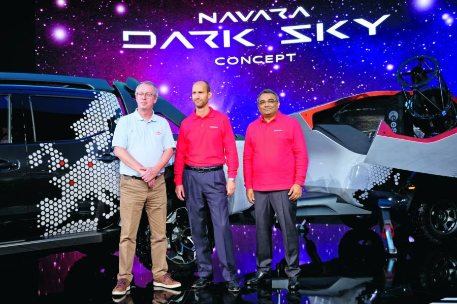 Präsentieren den Nissan Navarra Dark Sky (v.l.n.r.): Dr. Fred Jansen, Senior Mission Manager for Gaia, ESA, Paolo d'Ettore, Direktor LCV Business Unit, Nissan Europe und Ashwani Gupta, Renault- Nissan Alliance Senior Vice President Light Commercial Vehicle Business. Bild: IAA aktuell